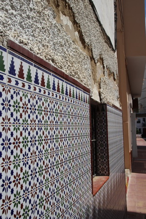 Стены домов Старого города обильно украшены майоликой