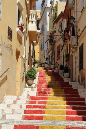 Каменные ступени улицы похожи на ковровую дорожку