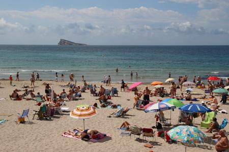 С пляжа хорошо виден остров, имеющий загадочное происхождение