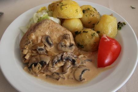 Свинина с грибным соусом и молодым картофелем