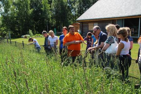 Хозяин организует экскурсии по ферме