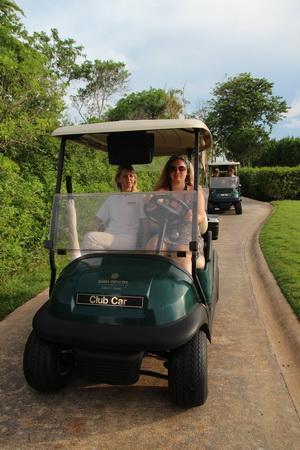 По огромному полю приходится перемещаться на гольф-каре