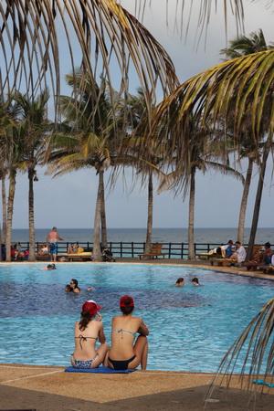 Территорию отеля пересекает рукотворная река из цепочки бассейнов