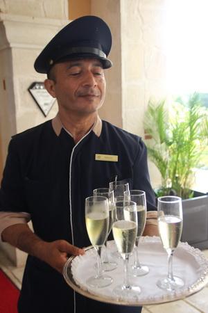 Гостей встречают шампанским