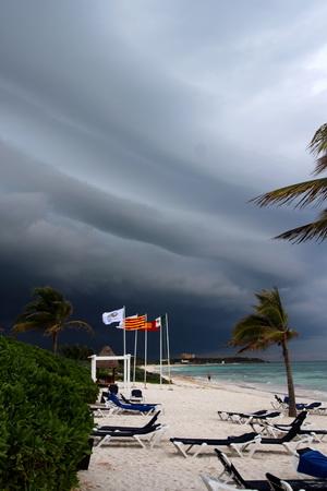 На Карибах погода может измениться мгновенно. Это не поздний вечер, а 16 часов дня