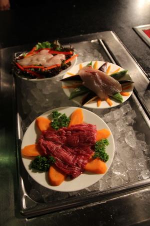 Можно выбрать мясо, куру или рыбу, и повар пожарит их у вас на глазах