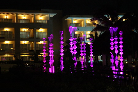 Вечером отель превращается в неземное сооружение
