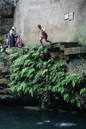 Самые смелые могут прыгнуть в воду с высокого уступа