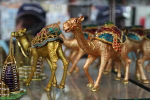 В отделе сувениров лидирует сюжет с двумя верблюдами и пальмой