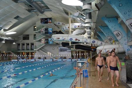 В аквацентре имеется 50-метровый бассейн и водные горки