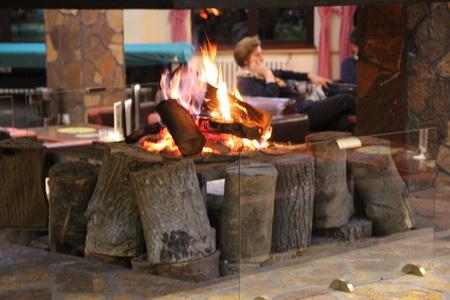 Лобби с камином в отеле «Junior»