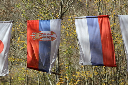 Сербский и российский флаги будто отражение в зеркале
