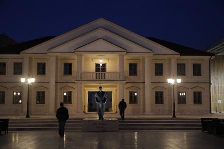 Памятник Иво Андричу на центральной площади
