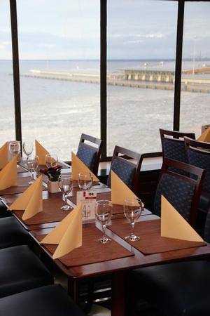 Столик в ресторане с видом на море