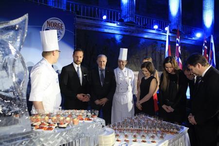 Принц Хокон принимает участие в дегустации норвежских морепродуктов