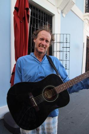 В Сан-Хуане даже уличные певцы выглядят как звезды