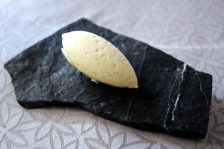 Масло подают на черном камне