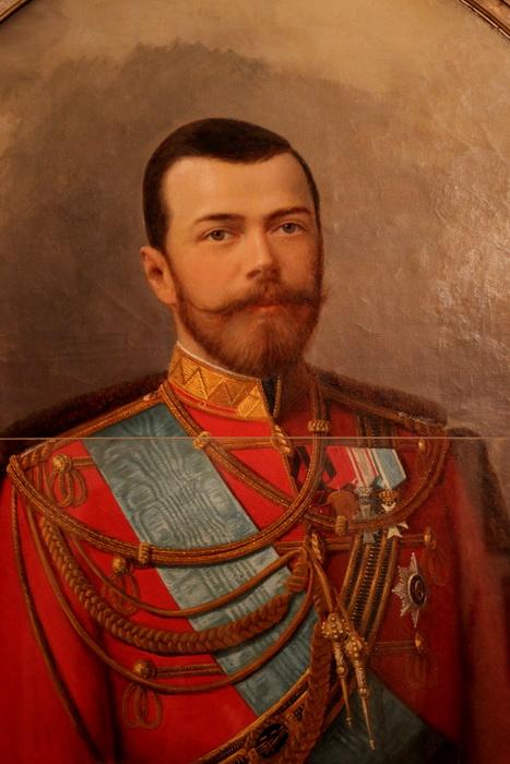 Портрет императора Николая II в приемного зале удивительно напоминает премьер-министра Дмитрия Медведева